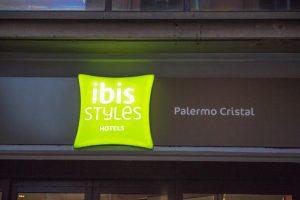 ibis-styles-palermo-cristal-insegna-sera